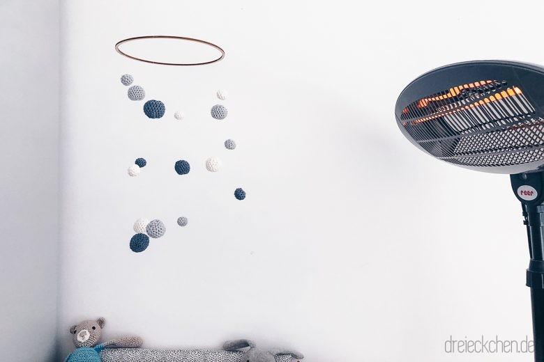 Häkel Kugel Mobile und Wärmelampe für den Wickeltisch